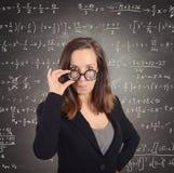 Insegnante per la matematica del nerd immagine stock libera da diritti