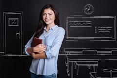 Insegnante positivo che sta nell'aula Immagine Stock Libera da Diritti