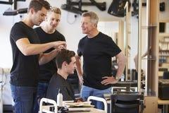 Insegnante Training Mature Students nel lavoro di parrucchiere immagini stock libere da diritti