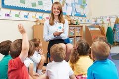 Insegnante Using Flash Cards per insegnare ai per la matematica a classe elementare Fotografie Stock Libere da Diritti