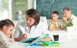 Insegnanti con esperienza che lavorano con i bambini immagini stock libere da diritti