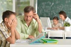 Insegnanti con esperienza che lavorano con i bambini immagine stock libera da diritti