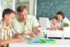 Insegnanti con esperienza che lavorano con i bambini fotografie stock