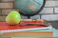 Insegnanti del mondo & x27; Giorno a scuola Natura morta con i libri, globo, Apple, vetri Fotografie Stock Libere da Diritti