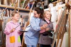 Insegnanti femminili che assistono gli studenti Immagini Stock