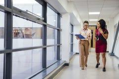 Insegnanti nel Corridoio fotografie stock libere da diritti