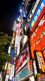 Insegne al neon ammucchiate a Shinjuku, Tokyo fotografia stock libera da diritti