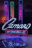 Insegne al neon automobilistiche da vendere immagine stock