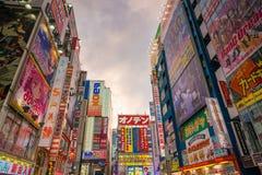 Insegne al neon e pubblicità del tabellone per le affissioni in Akihabara Immagine Stock Libera da Diritti