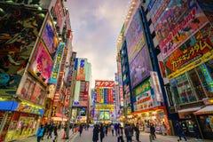 Insegne al neon e pubblicità del tabellone per le affissioni in Akihabara Immagini Stock Libere da Diritti