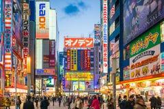 Insegne al neon e pubblicità del tabellone per le affissioni in Akihabara Fotografia Stock
