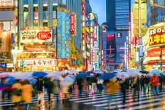 Insegne al neon e pubblicità del tabellone per le affissioni in Shinjuku Immagine Stock