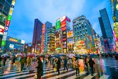 Insegne al neon e pubblicità del tabellone per le affissioni in Shinjuku Fotografia Stock