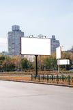 Insegne bianche in bianco di pubblicità vicino alla strada in autunno fotografia stock