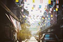 Insegne commerciali variopinte e bandiere nei caratteri cinesi in Chinatown, Bangkok, Tailandia Fotografia Stock