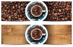 Insegne con i chicchi e la tazza di caffè arrostiti Fotografia Stock