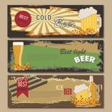 Insegne d'annata orizzontali della birra di vettore Tazza, bottiglia Migliore prezzo Luce, fredda Fotografia Stock Libera da Diritti