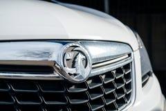 Insegne del logotype di Vauxhall su un'automobile bianca in Bristol Fotografia Stock