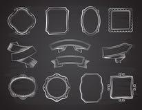 Insegne del nastro della lavagna d'annata, cornici ed etichette disegnate a mano sull'insieme nero di vettore della lavagna illustrazione vettoriale