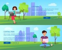Insegne del parco della città centrale con la gente e gli aggeggi Fotografia Stock