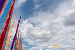Insegne di festival e bandiere dell'aquilone Fotografia Stock