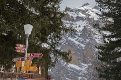 Insegne e case delle vacanze direzionali a Murren, Svizzera, Europa Fotografia Stock Libera da Diritti