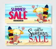 Insegne promozionali di vendita di estate con il fenicottero rosa realistico, tucano nero, foglie tropicali Fotografia Stock Libera da Diritti