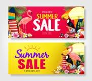Insegne rosse e gialle di vendita di estate con il fenicottero rosa realistico, tucano nero, foglie tropicali Fotografia Stock Libera da Diritti