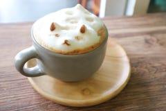 Insegua l'arte del latte della schiuma o il caffè caldo o spumi caffè Fotografie Stock Libere da Diritti