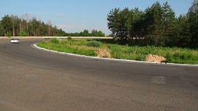 Inseguimento avventato sulla pista di corsa per la posizione principale, giro tagliente stock footage