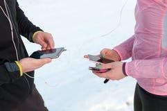 Inseguimento dei gps dello smartphone del controllo dei corridori Fotografie Stock
