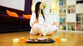 Inseguimento del colpo della donna asiatica che fa yoga archivi video
