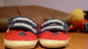 Inseguimento del colpo delle scarpe di bambino sulla tavola archivi video