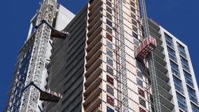 Inseguimento della macchina fotografica del giunto orizzontale di grattacielo moderno video d archivio