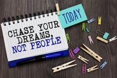 Inseguimento di rappresentazione della nota di scrittura i vostri sogni, non la gente Montrare della foto di affari non segue alt fotografia stock libera da diritti