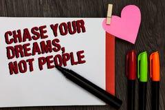 Inseguimento di rappresentazione della nota di scrittura i vostri sogni, non la gente Montrare della foto di affari non segue alt immagine stock