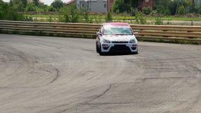 Inseguimento ravvicinato durante la corsa di automobile, autisti che girano taglienti sulla pista video d archivio