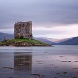 Inseguitore del castello riflesso nel mare Fotografia Stock