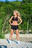 Inseguitore di forma fisica della cinghia di attività fisica sulla donna di misura Fotografia Stock