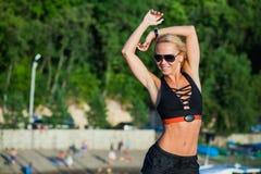 Inseguitore di forma fisica della cinghia di attività fisica sulla donna di misura Fotografie Stock