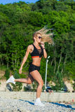 Inseguitore di forma fisica della cinghia di attività fisica sulla donna di misura Immagini Stock