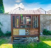 Insekta hotel Drewniany dom dla insekta, pluskwa, pszczoły Dekoracyjny zwierzę dom, pojęcie ekologiczny i natura życzliwy rolnict obraz stock