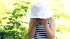Insektencreme Moskitocreme sonnenbrand suncream Sonnenschutzcreme Nahaufnahmegesichtsbaby Kind schmiert seinen Körper stock video