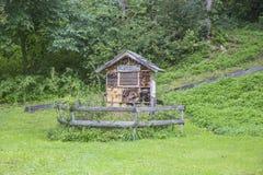 Insektenhaus - el hotel para los insectos ecológicos oculta hacia fuera para ayudar a preservar biodiversidad imagenes de archivo