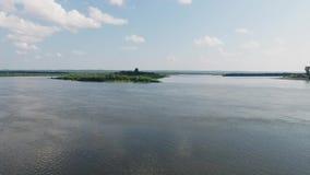 Insel auf dem Fluss stock video
