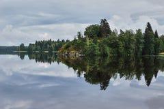 Insel auf dem See im Park Monrepo Stockfotos