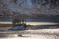 Insel auf hoher Sierra See Stockbilder