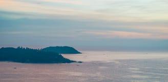 Insel auf Meer lizenzfreie stockbilder