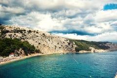 Insel auf Ozean oder Meer Tropische Zieleinheit Gestalten Sie Tapete mit exotischem Strand, drastischem bewölktem Himmel und blau stockfotografie