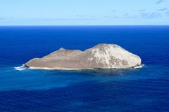 Insel der Asche im Ozean in Hawaii Lizenzfreie Stockfotos